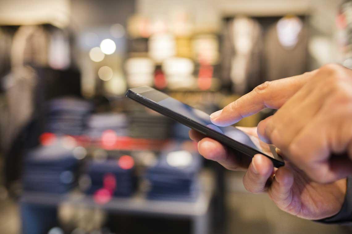 Telefonierende Person im Einzelhandel als Referenz für Dynamics 365